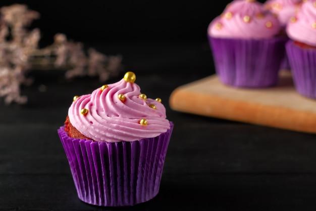 Een populair dessert voor thee en koffie zijn muffins met botercrème.