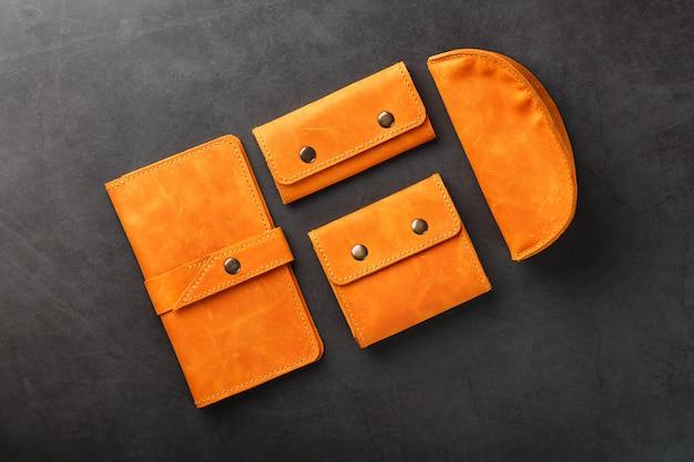 Een portemonnee, tas, partman, brillenkoker en een sleutelhouder, gemaakt van echt leer nubuck op donker