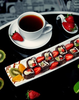 Een portie chocolade crêpebroodjes met aardbeienbanaan en stukjes kiwi