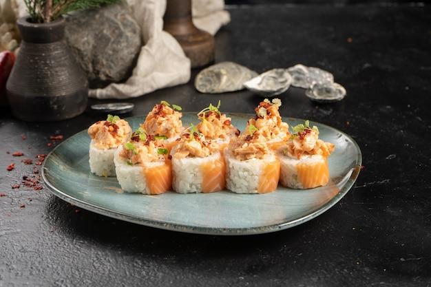 Een portie sushi rolls met zalm