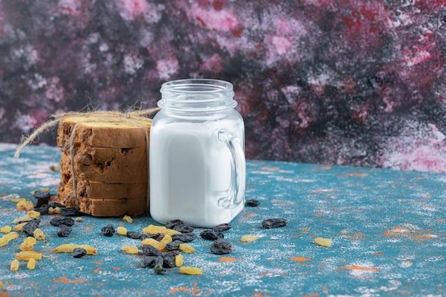 Een portie taart geserveerd met een potje melk.