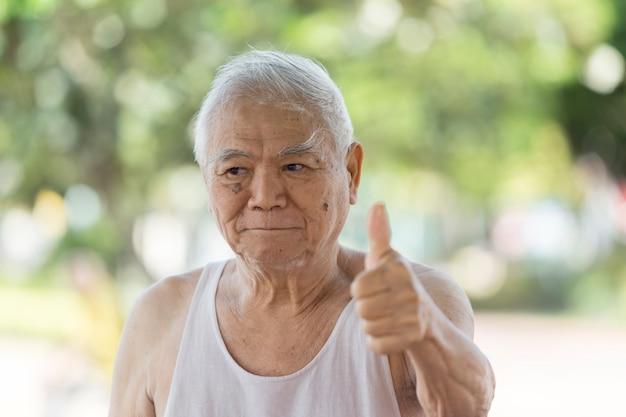 Een portret van aziaat met pensioen die alzheimer heeft