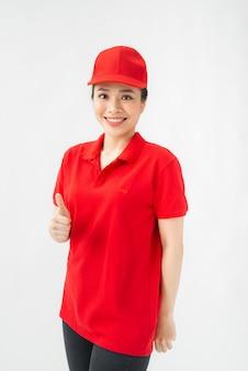 Een portret van de gelukkige vrouwelijke bezorgdienst die duim toont