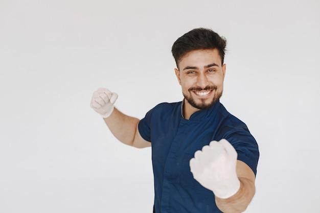 Een portret van een arts die zich voordeed tegen een witte achtergrond