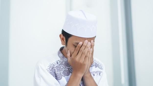 Een portret van een aziatische moslim bidt bij moskee na shalat