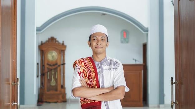 Een portret van een aziatische moslimmens stijlvol bij moskee, na sholat