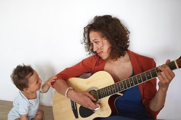 Een portret van een babyjongen en moeder
