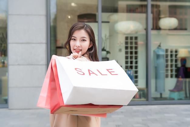 Een portret van een carrièrevrouw met een boodschappentas
