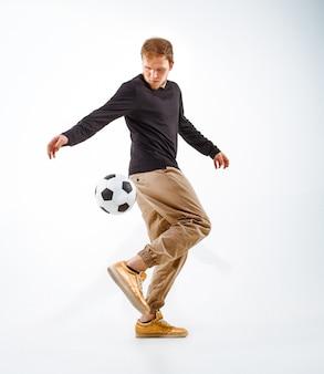 Een portret van een fan met bal freestyle