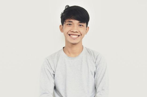 Een portret van een jonge aziatische man die er gelukkig uitziet