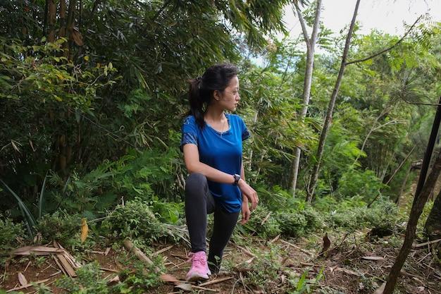 Een portret van een jonge aziatische vrouw die een oefening deed, ze voelde zich moe