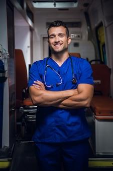 Een portret van een jonge knappe paramedicus met een brede glimlach