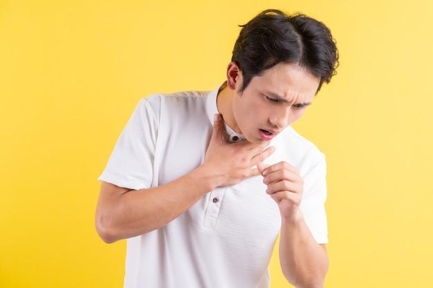 Een portret van een jonge man met pijn in zijn keel