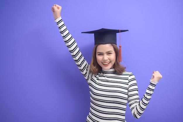 Een portret van een jonge vrouw afgestudeerd op een blauwe achtergrond