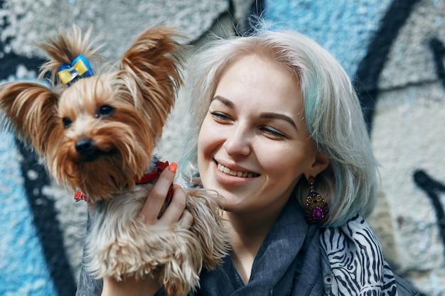 Een portret van een jonge vrouw met een hondje