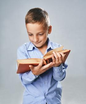 Een portret van een jongen met een groot boek