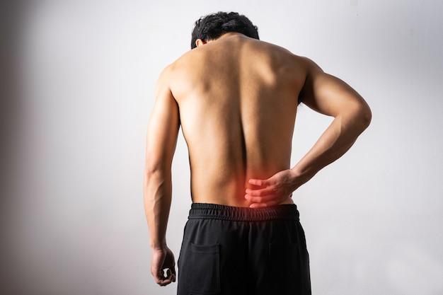 Een portret van een man die een pijnlijke rug aanraakt