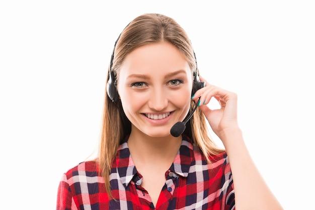 Een portret van een mooie jonge werknemer in een callcenter