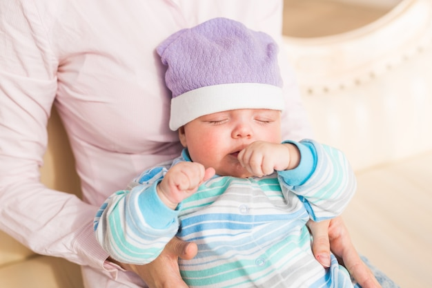Een portret van een schattige pasgeboren baby