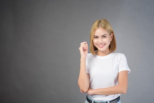Een portret van korte blonde haarvrouw in studio
