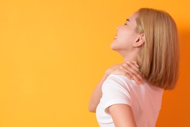 Een portret van korte blonde haarvrouw met rugpijn in studio