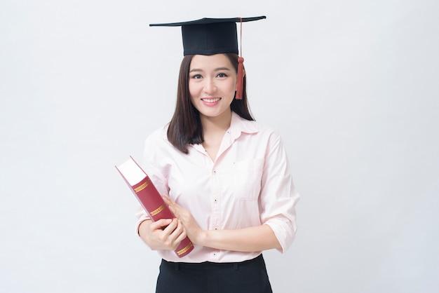 Een portret van mooie jonge aziatische vrouw met onderwijs glb over witte ruimte studio, onderwijsconcept.