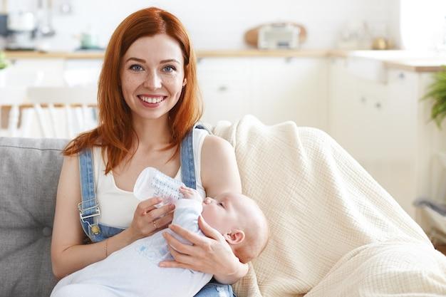 Een portret van mooie moeder met haar baby
