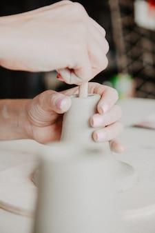 Een pot of vaas met witte klei maken