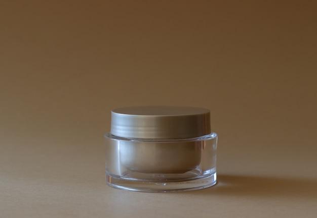 Een potje room. cosmetica. huidsverzorging.