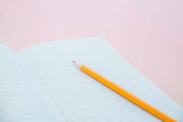 Een potlood op een notebook in de linel. schoolspullen.