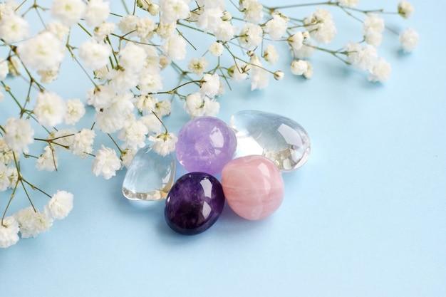 Een prachtig boeket van delicate witte gipskruid met natuurstenen amethist, rozenkwarts en bergkristal