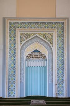 Een prachtig fragment van de muur in de tilla sheikh-moskee, in tasjkent