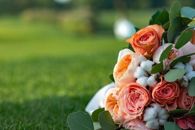 Een prachtig gekleurd boeket van rozen ligt op het gras