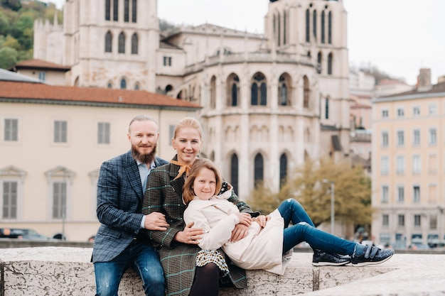 Een prachtig gezin met wandelingen door de oude stad lyon in frankrijk