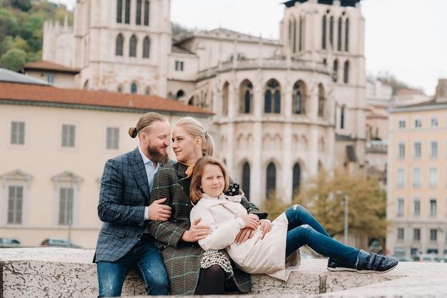 Een prachtig gezin met wandelingen door de oude stad van lyon in frankrijk.familiereis naar de oude steden van frankrijk.