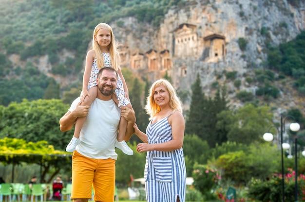 Een prachtig gezin staat op de muur van een berg in de stad dalyan
