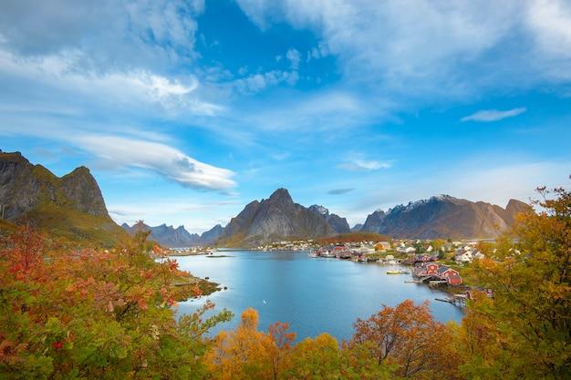 Een prachtig kleurrijk uitzicht op het landschap van reine op de lofoten-eilanden
