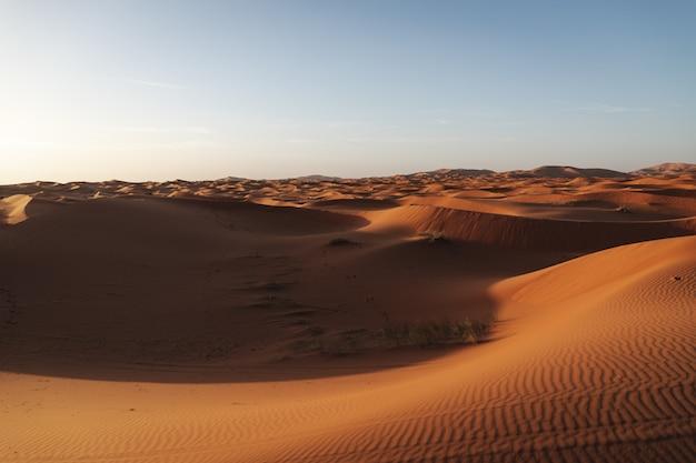 Een prachtig landschap van de zandduinen in de woestijn van de sahara in marokko. reisfotografie.