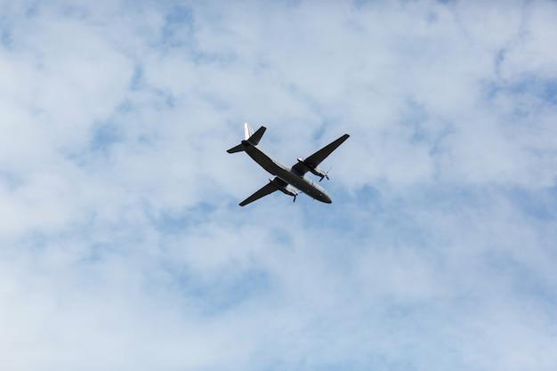 Een prachtig uitzicht op een vliegend passagiersvliegtuig met brede romp, een vliegtuig, tegen een achtergrond van witte wolken in een blauwe zomerhemel. selectieve aandacht