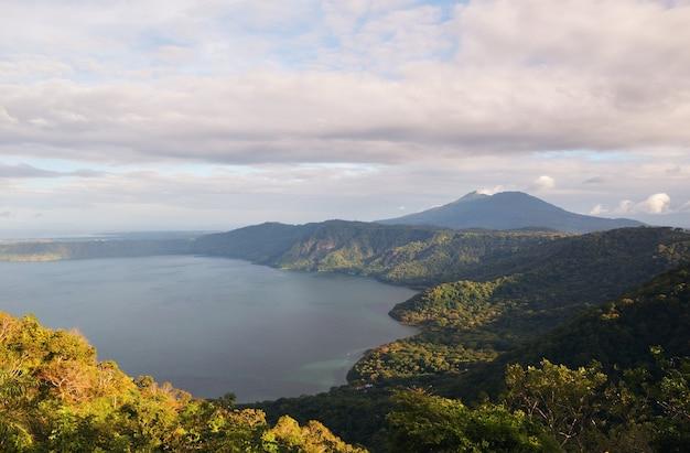 Een prachtig uitzichtpunt van laguna de apoyo en de vulkaan mombacho bij mirador de catarina, nicaragua
