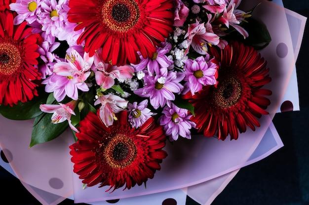 Een prachtig zomerboeket van verschillende bloemen bovenaanzicht.