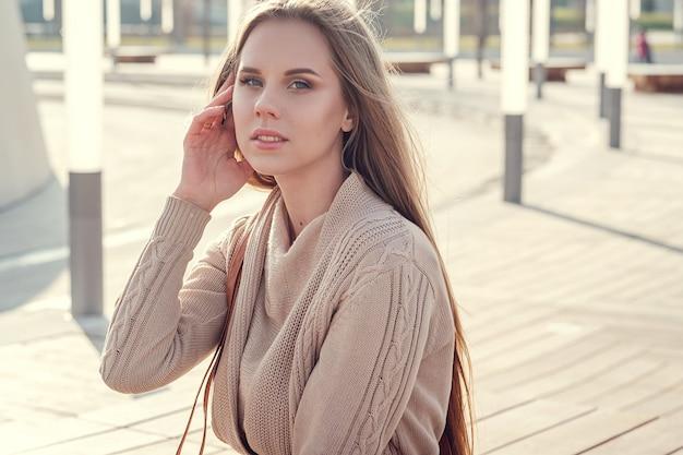 Een prachtige jongedame tijdens een wandeling door het zonnige winterpark. Premium Foto