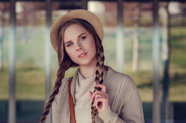 Een prachtige jongedame tijdens een wandeling door het zonnige winterpark.
