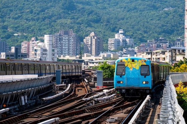 Een prachtige kleurrijke bloem geschilderd op trein op spoor. beitou treinstation, taipei, taiwan.