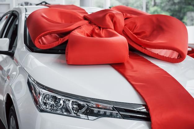 Een prachtige nieuwe witte auto wacht op de koper in de cabine.