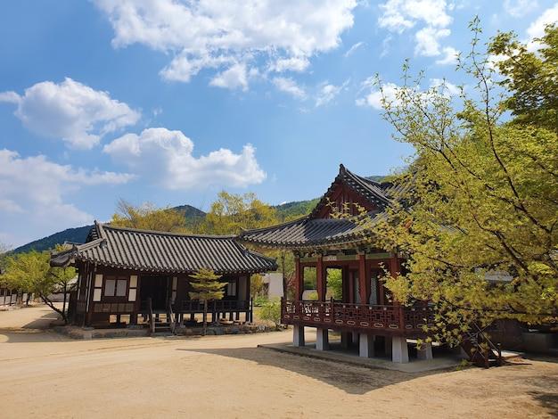 Een prachtige opname van huizen in japanse stijl onder een blauwe lucht
