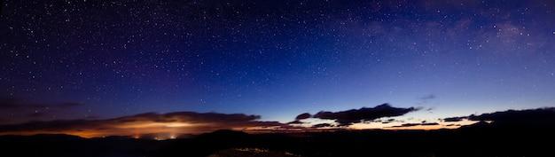 Een prachtige sterrenhemel bevindt zich boven de schilderachtige uitzichten van het skigebied