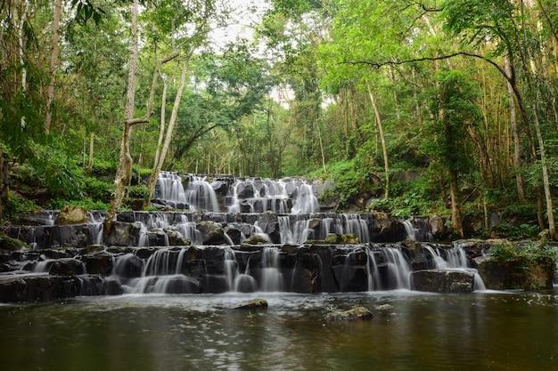 Een prachtige waterval in het bos.