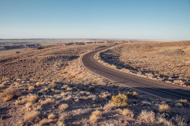 Een prachtige weg in een verlaten nationaal park van amerika