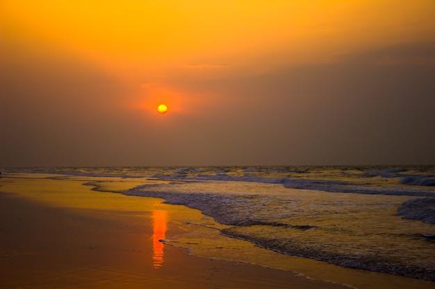 Een prachtige zonsopgang op het strand van chirala in india